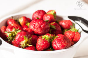 Guide to how to freeze strawberries. Take advantage of strawberry season and freeze extras for the winter. #strawberries #foodsaver