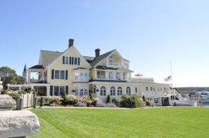Stay on Mackinac Island on your next vacation there! Lots of great lodging options from bed and breakfasts to hotels. #travel #mackinacisland #michingan