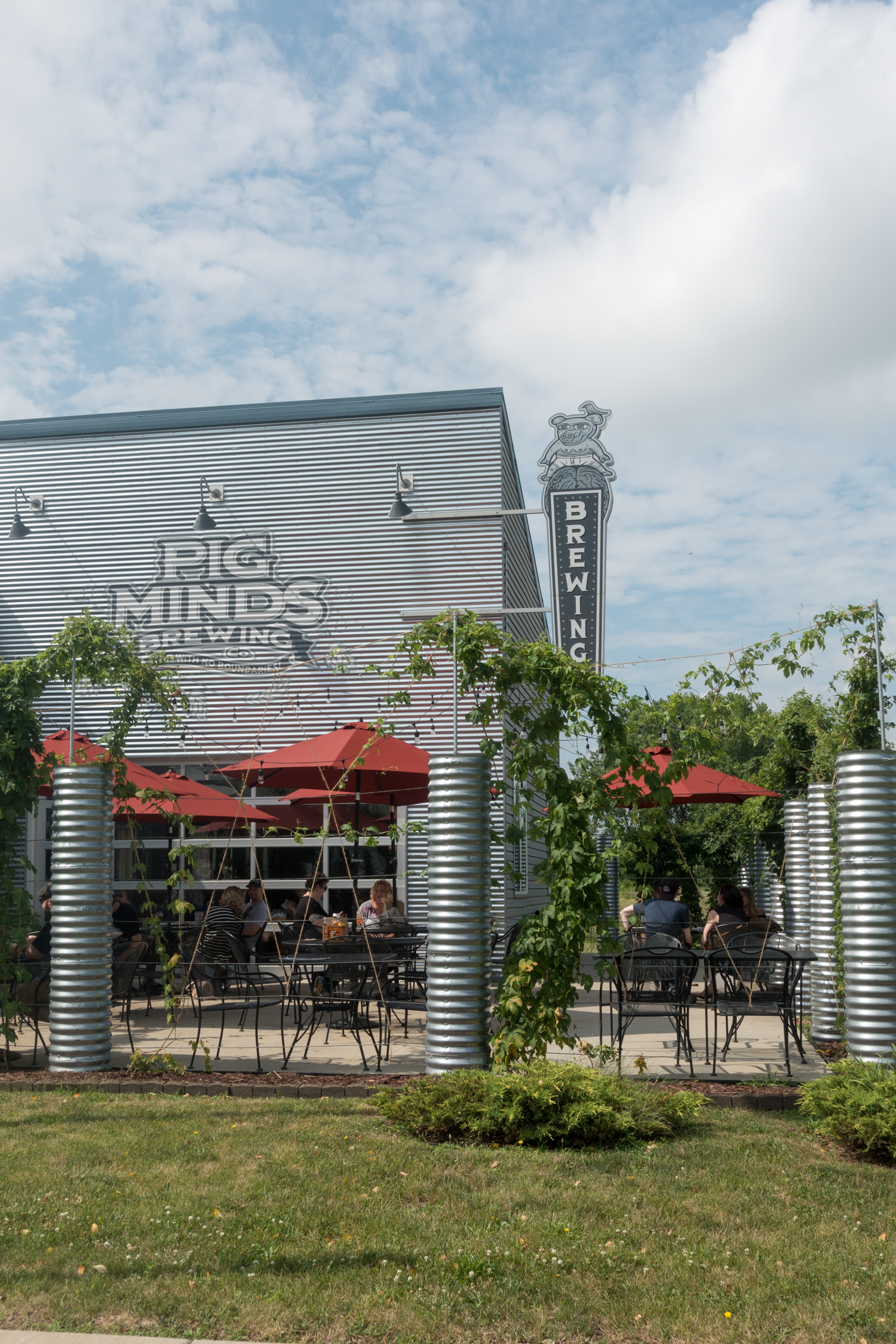 Pig Minds Brewing is an all Vegan brewery located in Machesney Park, Illinois. It is the perfect spot to stop at on a vegan road trip through the Midwest!