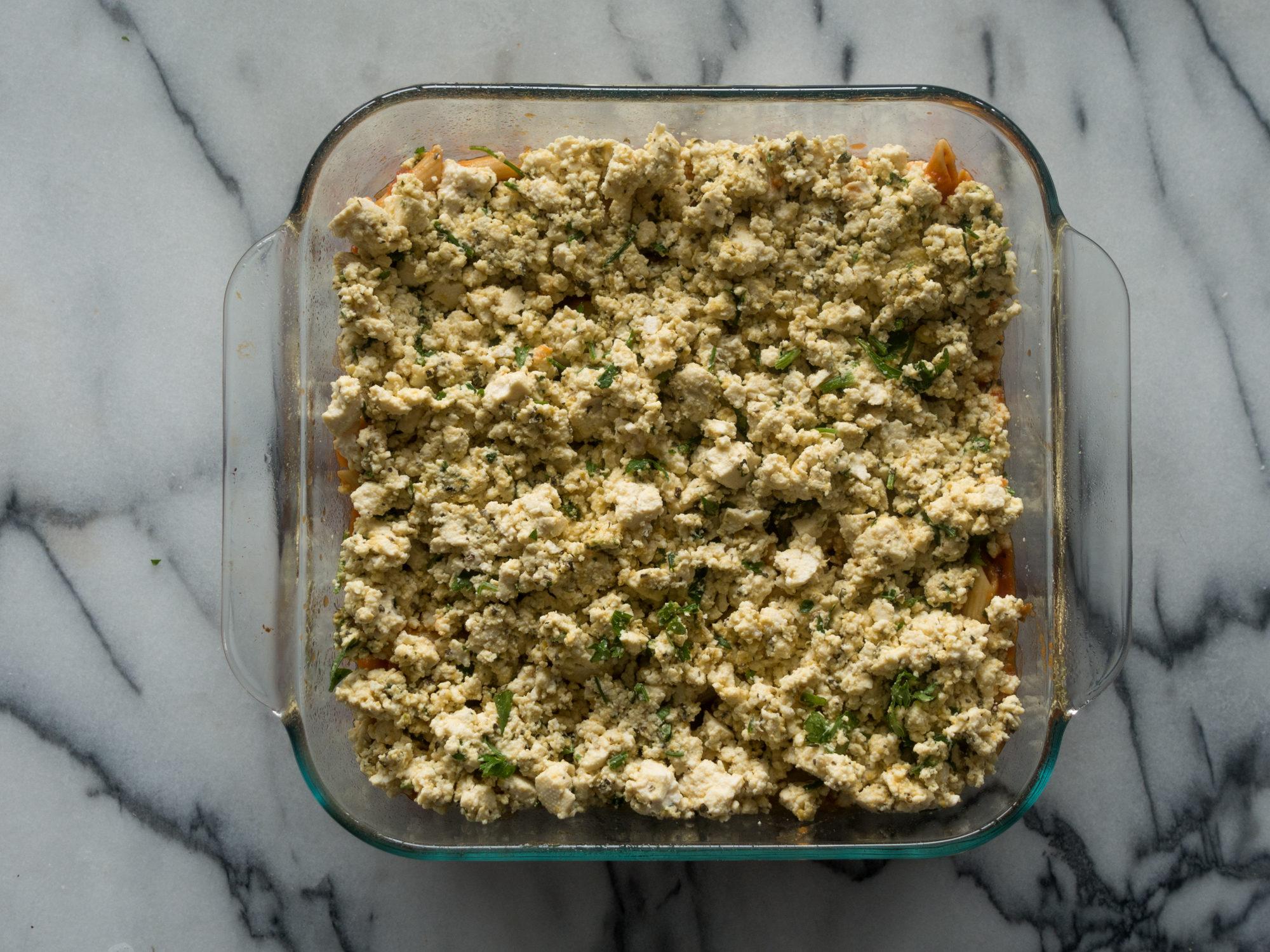 ¡Esta pasta vegana al horno con tofu ricotta es perfecta si está buscando una comida fácil y económica que también sea deliciosa!